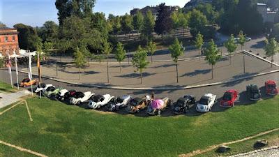 Da janela do hotel, um ângulo diferente para ver os conversíveis esparramados pelo jardim.