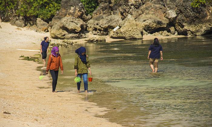 Wisatawan di Pantai Sundak