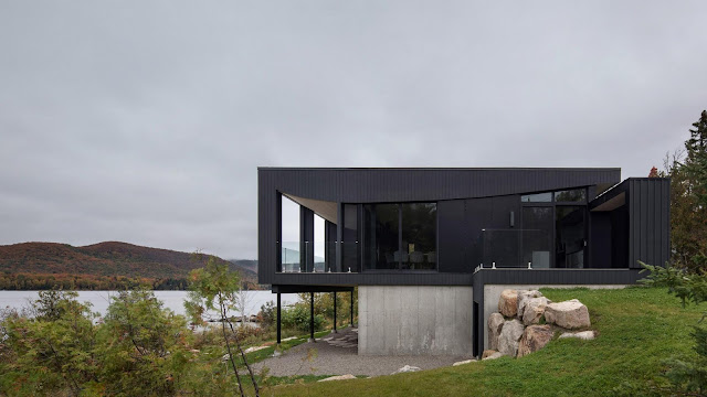 Casa de madera oscura y cristal contemporánea.