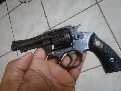 Homem é preso com dois revólveres
