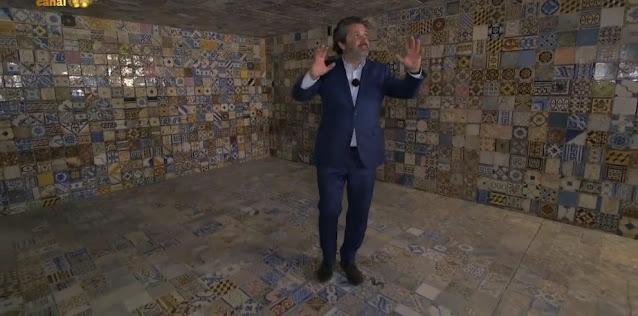 historiador Joel Cleto a mostrar os azulejos da cisterna da Casa da Arquitetura em Matosinhos
