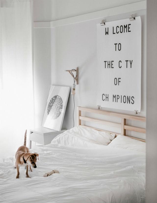 10 trucos para decorar tu hogar en invierno por menos de 100€. Cabecero de cama con letras en póster.