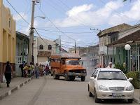 Baracoa, Kuba, belebte Straße, viele Fußgänger, ein Camion (LKW für Personentransport)