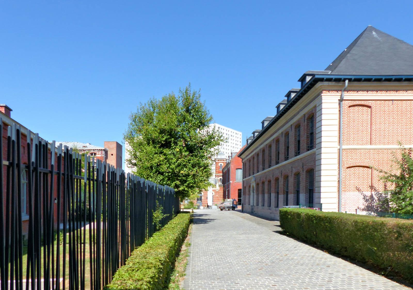 Le réfectoire de l'Hospice d'Havré, vu depuis les jardins intérieurs