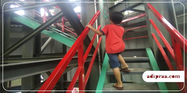 Naik tangga menara Masjid Kampus UGM Yogyakarta | adipraa.com