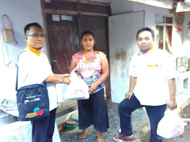 Team Lazismu Jember membagikan snack gratis