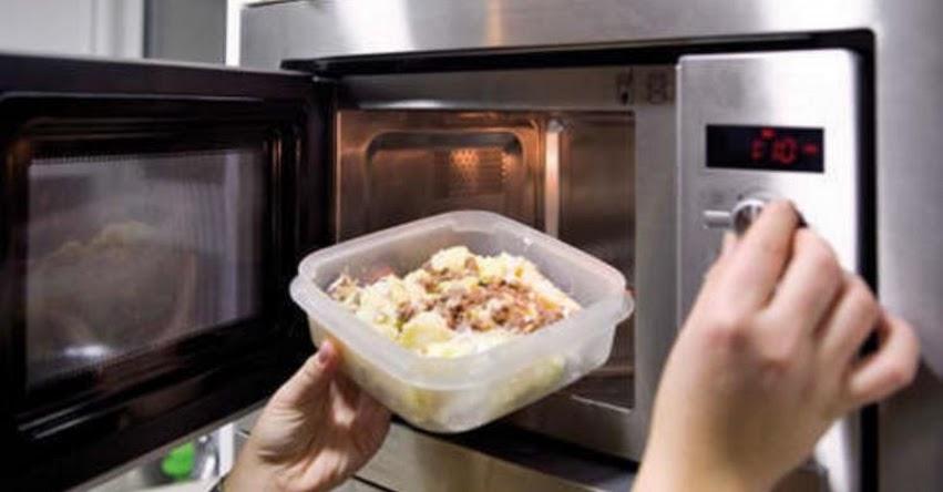 Advierten que calentar alimentos en recipientes de plástico dentro del microondas puede generar cáncer