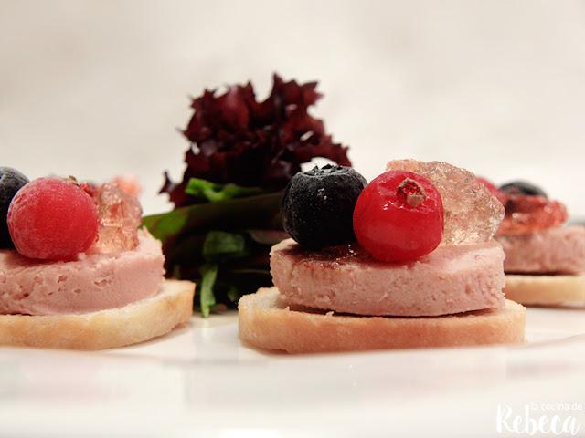 Canapé de foie con gelatina de cava y frutos rojos