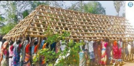 பள்ளி வகுப்பறை மேற்கூரையை ஒன்றுகூடி தூக்கி சென்ற மக்கள்