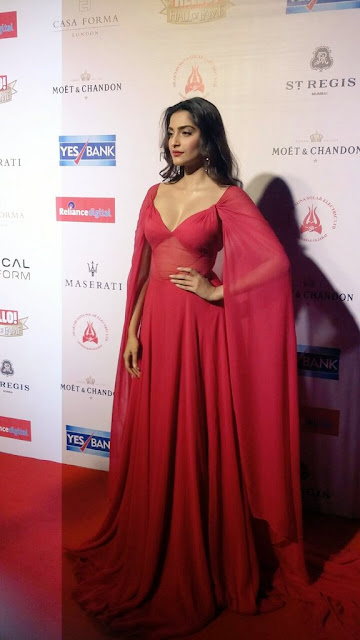 Sonam Kapoor Deep Cleavy & Bulging Melons Show In Reat Hello Hall of Fame Awards2016