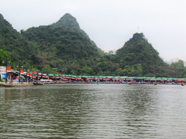 restaurants yen river perfume pagoda vietnam