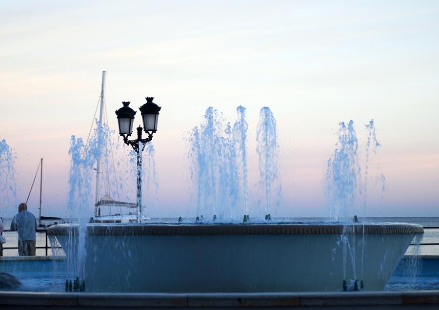 Blog + Fotografie by it's me! - Reisen - La Isla Blanca Ibiza, Santa Eularia - Springbrunnen mit Fontänen zur blauen Stunde