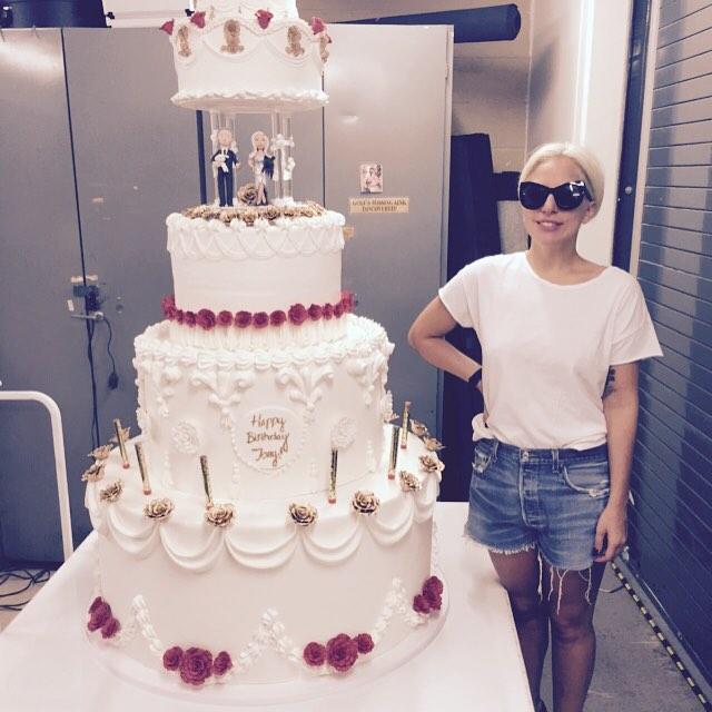 Wow Lady Gaga faz bolo gigante para Tony Bennet