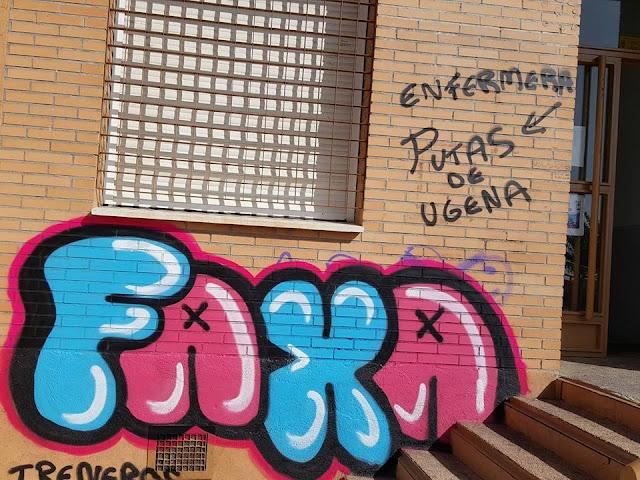 pintadas en la fachada del centro de salud de Ugena