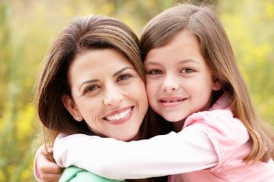 تعرفى على اثر وفوائد التعامل الحسن مع الاطفال  امراة تحتضن فتاة بنت ابنتها woman mother hugging daughter girl child