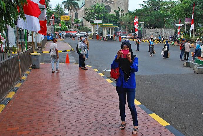 Joven indonesia haciendo una foto