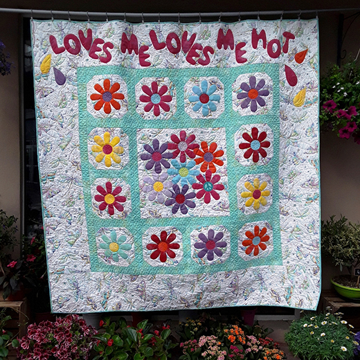 Loves me, loves me not Quilt Free Pattern designed and made by Suzan Pons for APQS