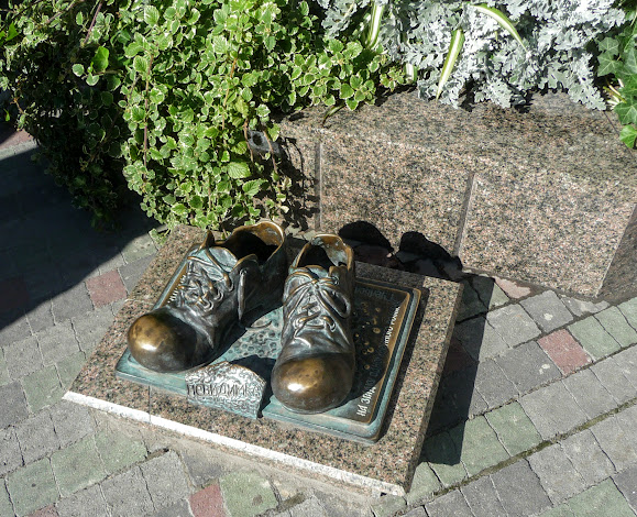 Тернополь. Памятник «Башмаки»
