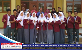 Dua belas orang simwa SMK Nurulhuda Sukabumi akan mengikuti Prakerin. Mereka berpoto bersama Kepala Sekolahnya, Asep Ibadatillah (berdiri di belakang menggunakan batik biru) beserta para pembina dan guru-guru lainnya.