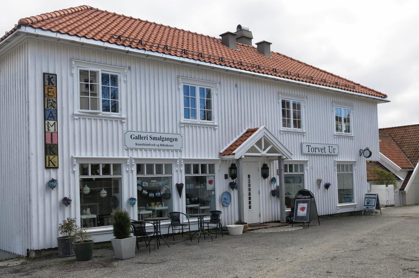 120a1364 I huset finner du både urmaker og Galleri Smalgangen. Her holder Anne  Kristine Mjelva og Ingrid Kristine Lund til. Begge er keramikere.