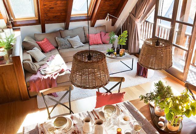 Apartament la mansardă învelit în lemn de pin