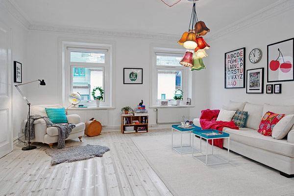 sala branca detalhes coloridos