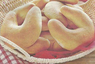 Вкусные ванильные рогалики с грецкими орехами.
