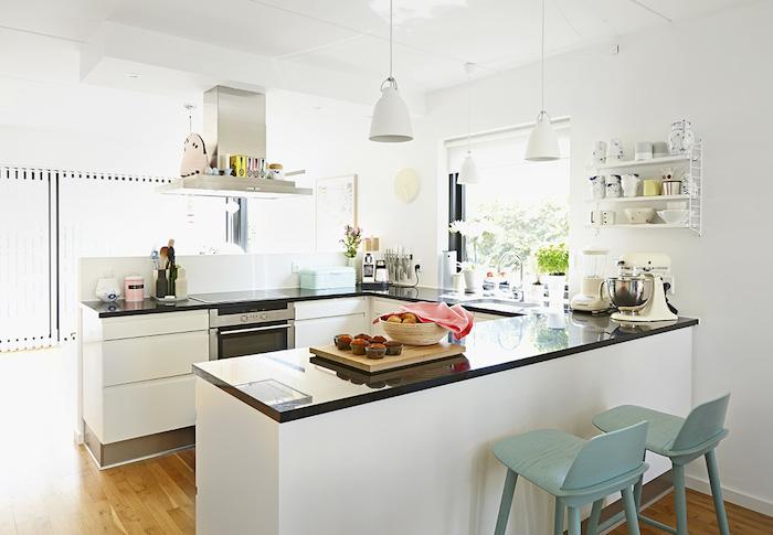 cocina nórdica- bancada negra y mobiliario blanco