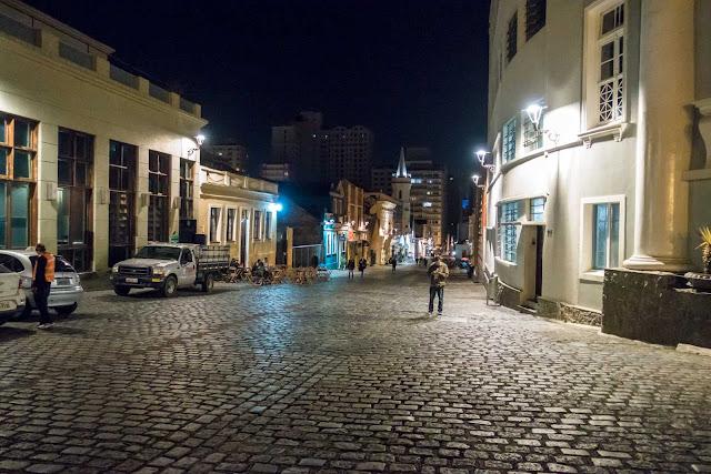 A Rua Dr. Claudino dos Santos à noite