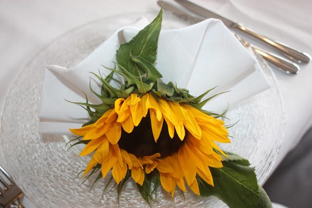 Stoffservietten Fächer - Sonnenblumen-Hochzeit im Riessersee Hotel Garmisch-Partenkirchen, Bayern - Sunflower wedding in Garmisch, Bavaria, Germany - #riessersee #hochzeitshotel #wedding venu #abroad #Bavaria #Garmisch #wedding #Hochzeit