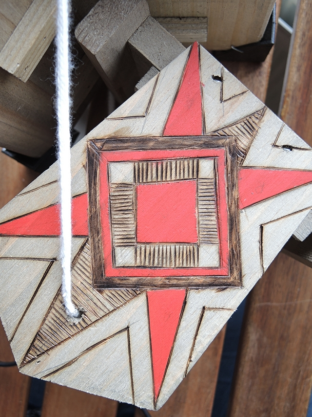 decorated wood burning project - houtbranden op een vogelhuisje