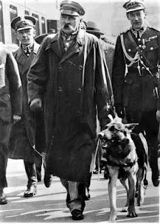 """Józef Piłsudski i pies """"Pies"""" 1928-08-19 (nac.gov.pl)"""