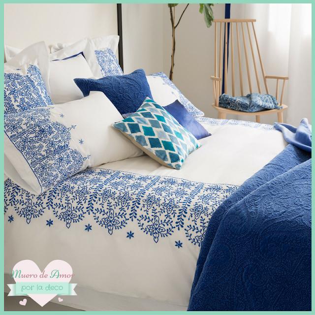 Ropa de cama en blanco y azul