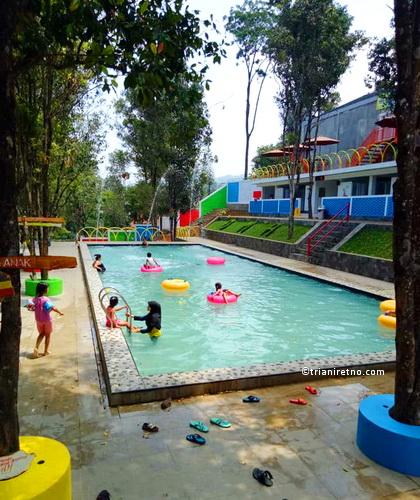 Rumah Oma Opa, Kolam Renang di Bandung Timur