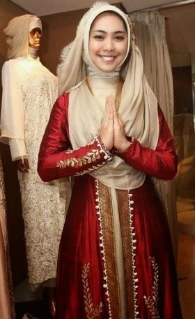 Contoh Baju Muslim syar'i wanita terbaru yang tampak modis