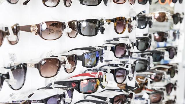 Óculos escuros expostos para venda em loja
