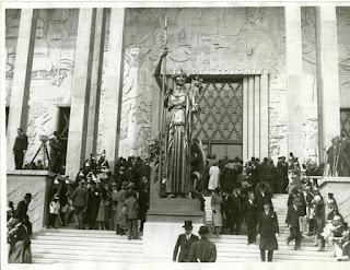 Palais des Colonies - Statue de la Porte Dorée