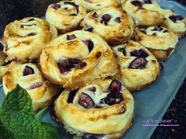 Espirales de hojaldre con cerezas y leche condensada