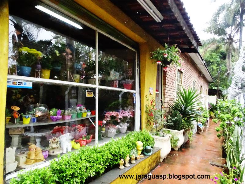 """Parte do exterior da primeira casa de alvenaria do Jaraguá onde funciona atualmente a floricultura """"Flores Casa Blanca"""""""