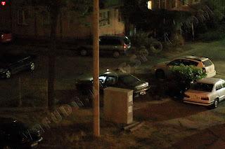 автомобильный вор лазит по автомобилям, светит фонариком
