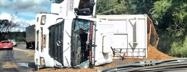 Iretama: Caminhão tomba na BR-487