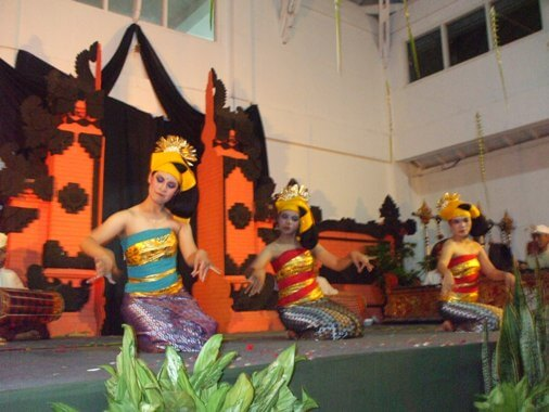Tenun Dance Bali depicts women who are weaving BaliBeaches: Tenun Dance - Tari Tenun Bali