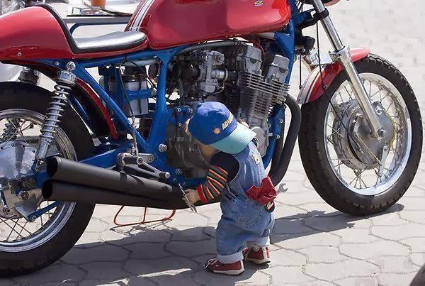 Hijo arreglando la Moto de Papá