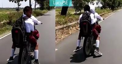 Anak SD Naik Motor Ngebut Nggak Pakai Helm, Antara Miris Campur Ngakak!