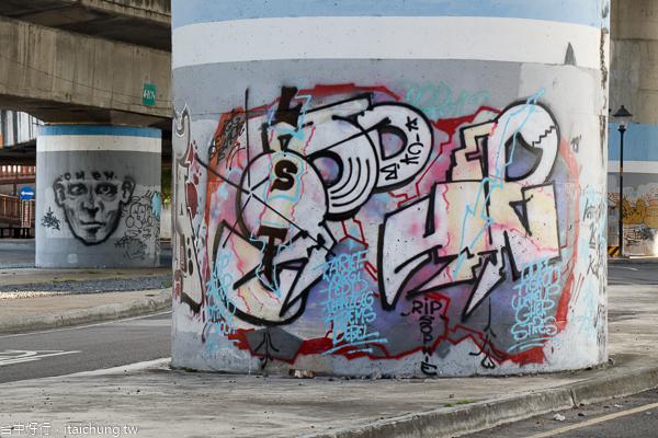 烏日戰車公園隱藏在74快速路下,好多街頭塗鴨可以拍不同風格照片