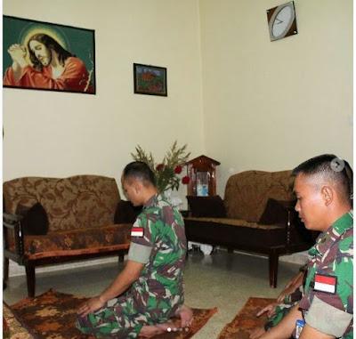 HEBOH, FOTO PRAJURIT TNI SHOLAT DI DEPAN GAMBAR YESUS MENJADI VIRAL DI  MEDIA SOSIAL