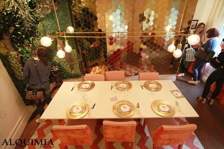 mesa-casa-decor-2016-madrid-platos-dorados-hexagonos-taburetes
