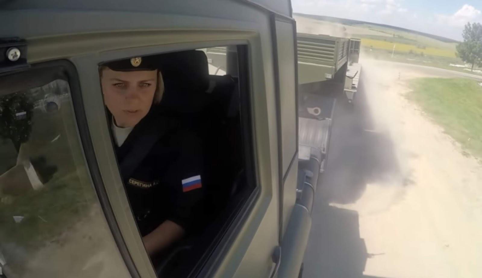 Jangan remehkan tentara wanita Rusia dalam mengemudikan kendaraan militer