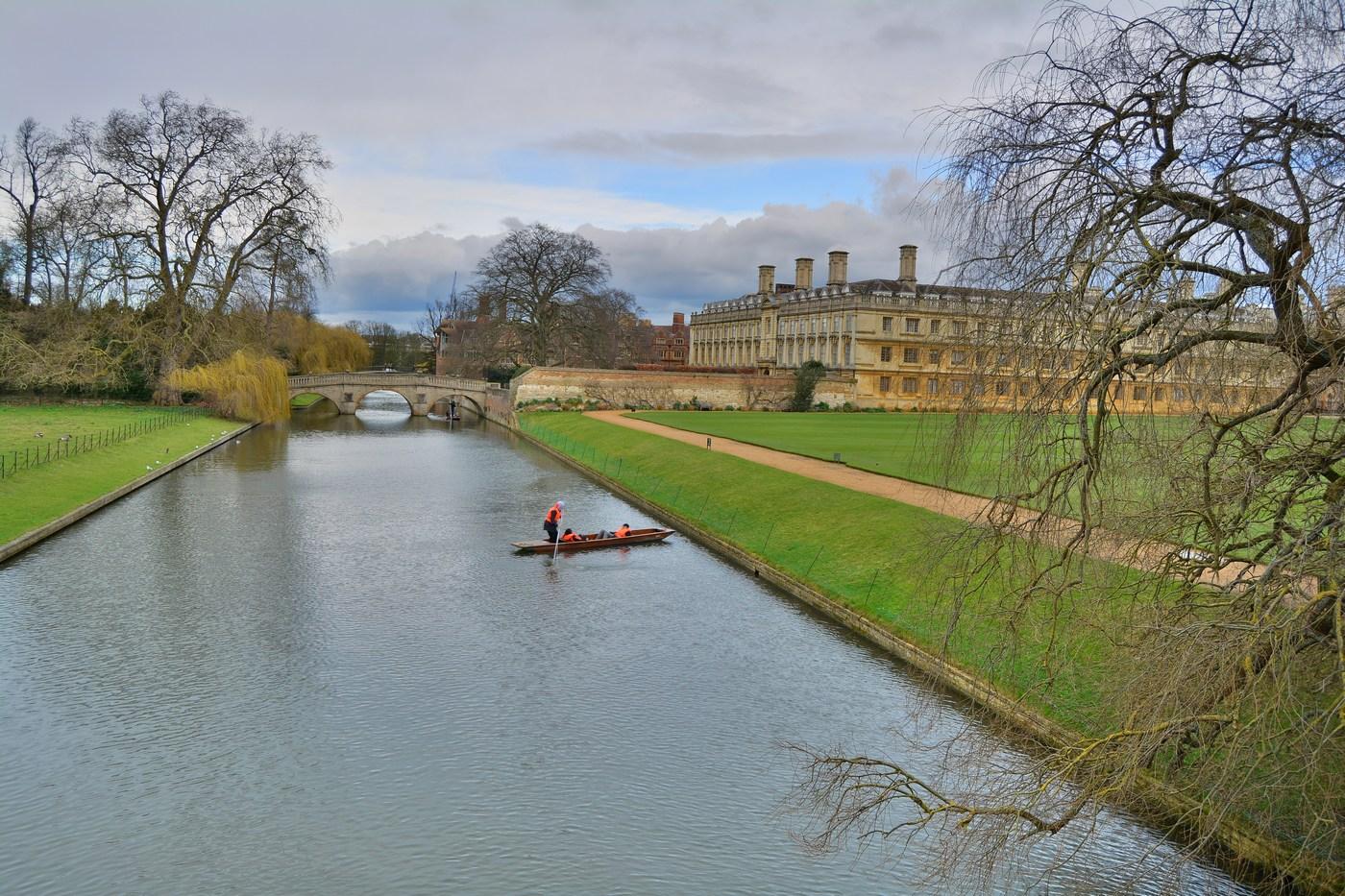 """La rivière Cam longe l'arrière des grands collèges de la ville, d'où le nom de """"backs"""" de ces jardins aérés, lieu de promenade favori des étudiants."""