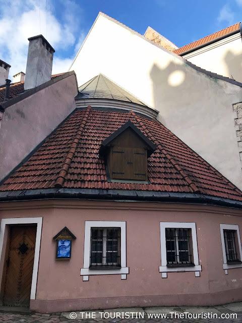 Konventhof, Kalēju iela, pink house, Riga, Latvia the touristin